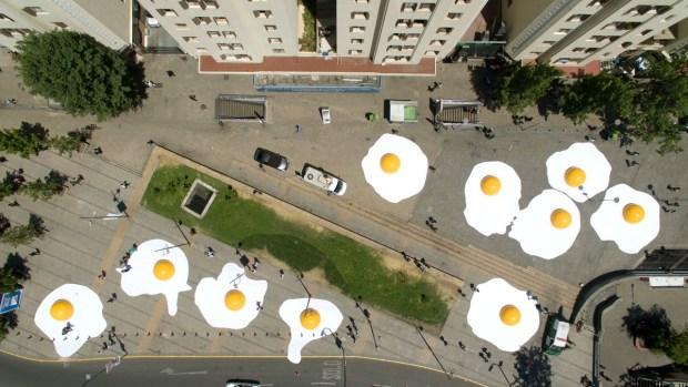 Huevos fritos gigantes y robots invaden metrópolis