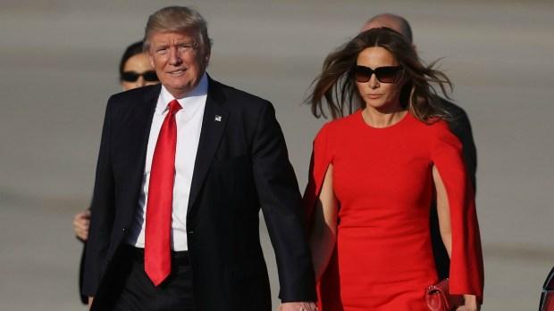 Sin tacones y de rojo pasión reaparece Melania Trump
