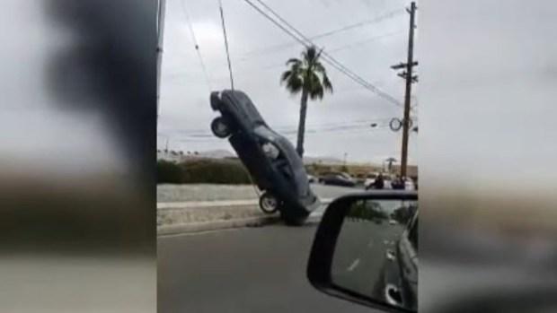 [TLMD - LV] Carro termina colgado de los cables de un poste de luz