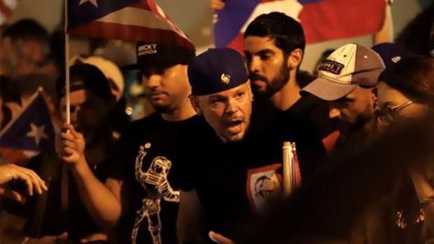 Residente y manifestantes celebran a las afueras de La Fortaleza