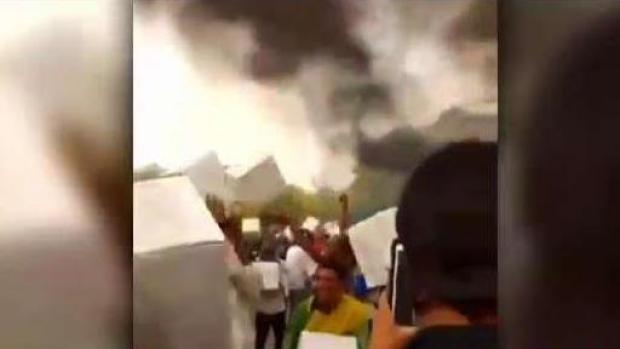 [TLMD - PR] Venezolanos hacen cadena humana para salvar suministros de incendio