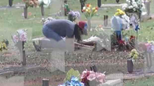 [TLMD - PR] Ana Cacho visita la tumba de Lorenzo