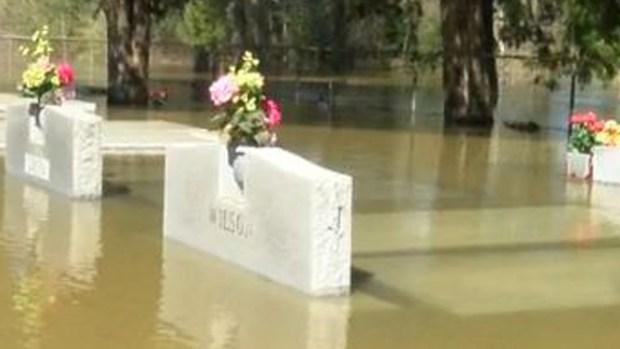 Fotos: ataúdes afloran en cementerio por inundación