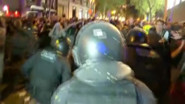[TLMD - LV] Golpes y fuego marcan nueva jornada violenta en Barcelona