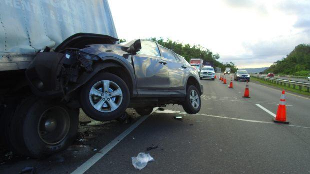 Destrozada guagua que impacto camión en Barceloneta