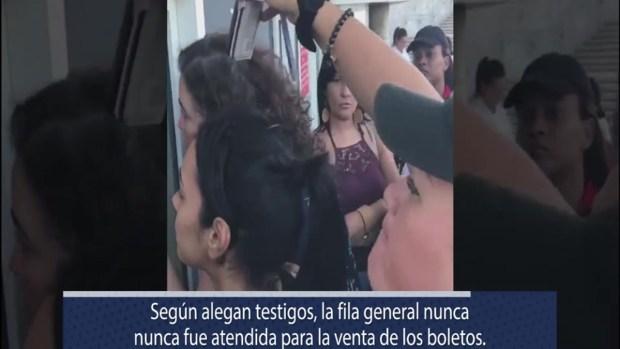 Mujeres molestas reclaman boletos tras larga espera