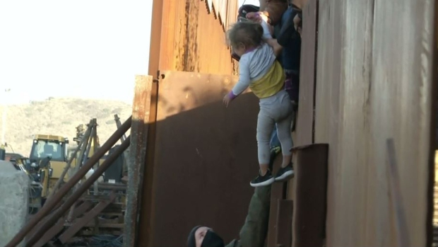 Desgarrador: familia con niño salta el muro