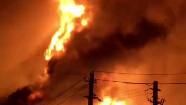 Bomberos no logran controlar el incendio en almacén de Toa Baja