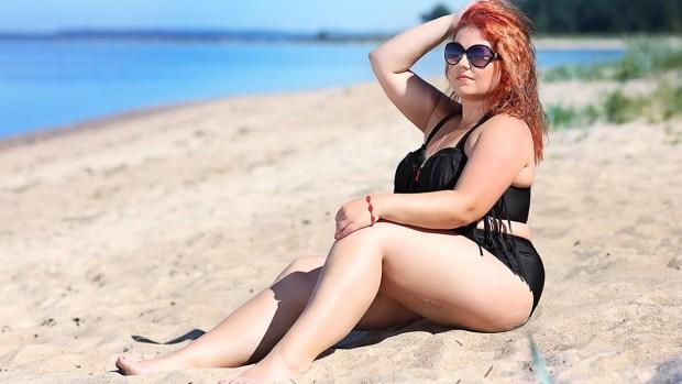 Es verano y hay que disfutar del sol y la playa aún con esas libritas extras