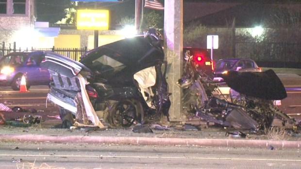 Mortal choque: auto se estrella y se parte en dos