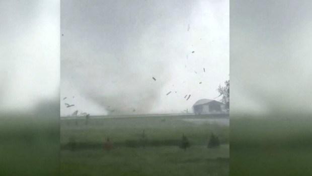 [TLMD - LV] Captado en video: infernal tornado destruye todo a su paso en Iowa