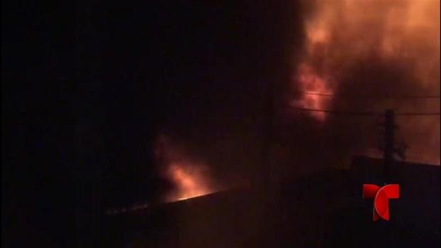 Bomberos continúan combatiendo fuego de grandes proporciones en Toa Baja