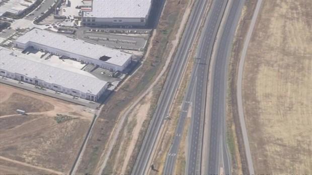 [TLMD - LA] Avión de combate se estrella en almacén de base aérea en Riverside