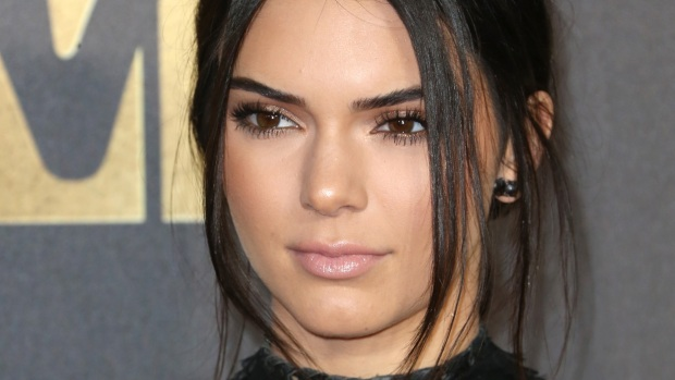 Kendall Jenner con vestido cortísimo en MTV Movie Awards