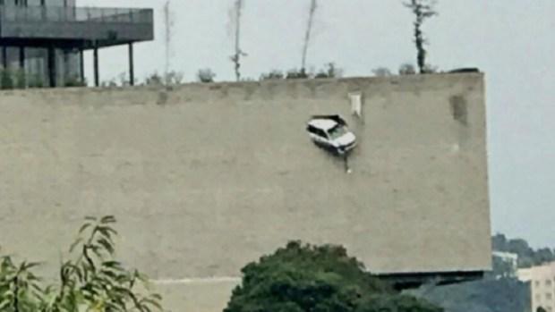 Rescate de altura: camioneta atraviesa muro y cuelga