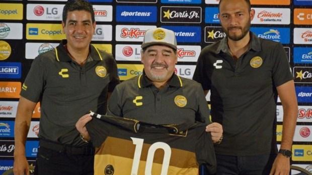 """Maradona: """"Asumo como quien tiene un hijo en sus brazos"""""""