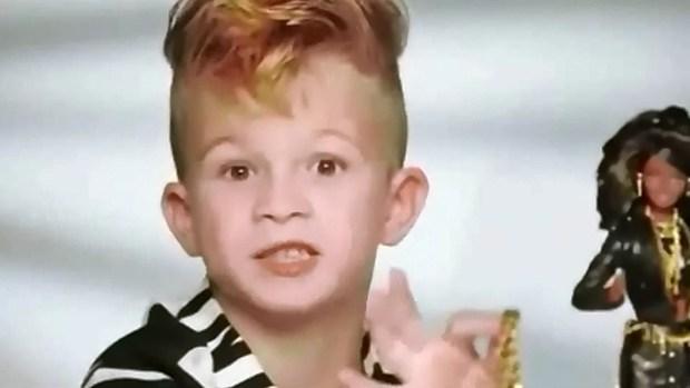 Causa polémica niño jugando con muñecas en comercial