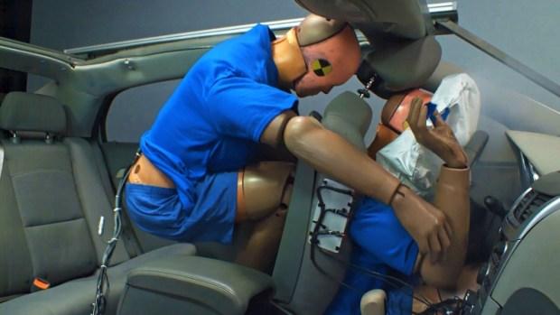 """""""Misil humano"""", peligros ocultos de viajar en el asiento trasero"""