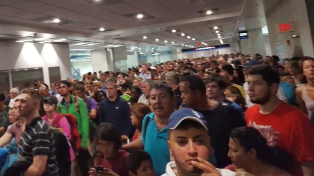 Falla de inmigración causa caos en aeropuertos