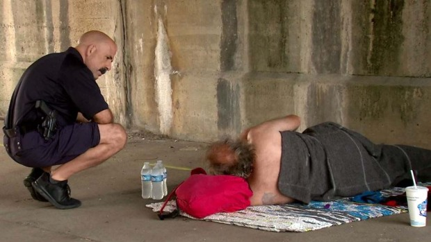 Peligrosa ola de calor en EEUU: policías regalan agua a los necesitados