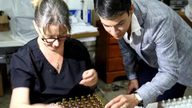 Manicurista crea esmaltes inspirados en su fallecida madre