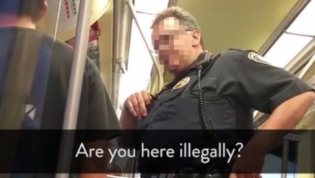 ¿Qué hace policía del metro preguntando su estatus a pasajero?
