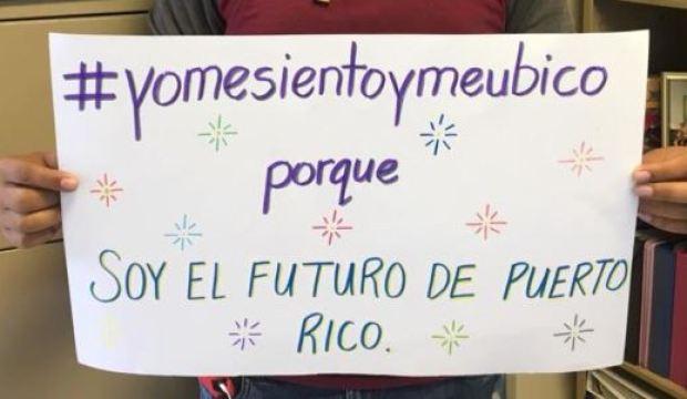 Estudiantes hacen pancartas en apoyo a maestro suspendido