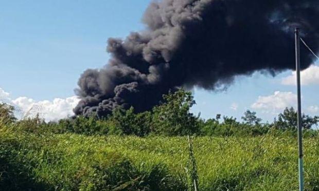 Impresionante fuego en planta de reciclaje en Carolina