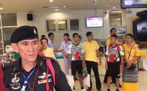 Los niños que estuvieron en la cueva dejan el hospital