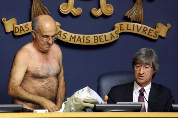 Desnudo...así termina diputado su discurso en parlamento
