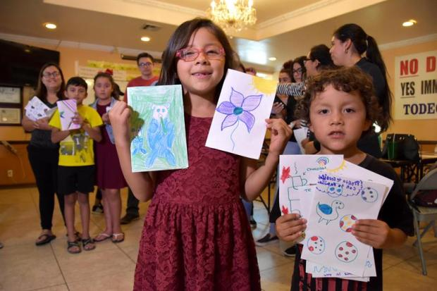 """Cartas de """"esperanza"""", escritas por indocumentados a niños detenidos por ICE"""