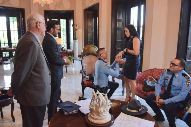 Agente Xavier Muñoz pide matrimonio a su novia en Fortaleza