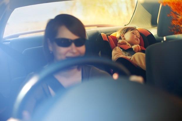 """Lo que pasa en el cerebro de los padres que """"olvidan"""" a su bebé en el auto"""