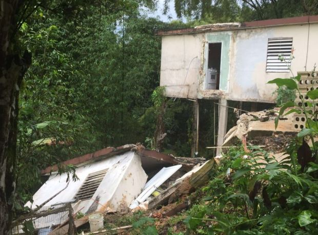 Casa se derrumba con familia adentro en Utuado