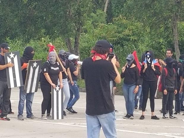 Manifestantes bloquean avenida Piñero