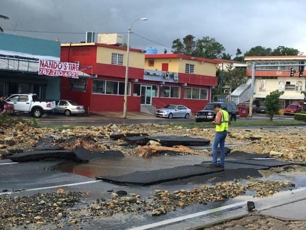 Inmenso boquete provoca cierre de carretera en Bayamón