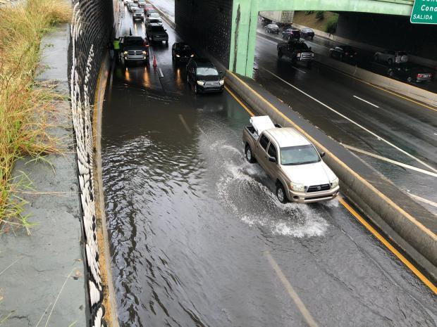 Fuertes lluvias causan derrumbes e inundaciones