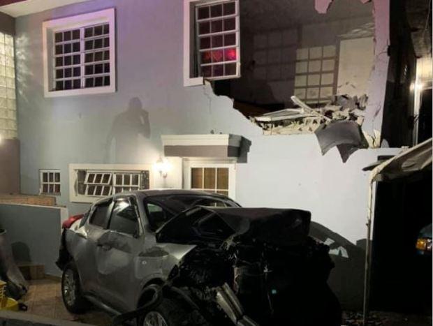 Auto impacta habitación en residencia de Toa Alta