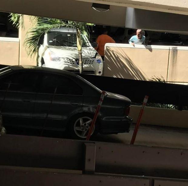 Fotos: Carro por poco cae de multipisos en Plaza