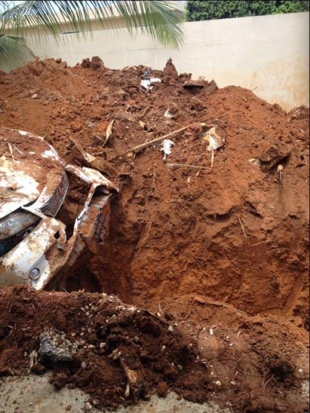 Hombre entierra su lujoso auto