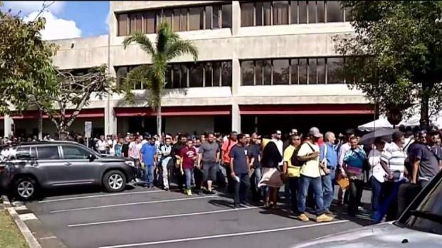 [TLMD - PR] Cientos de personas llegan a la feria de empleo convocada por el gobierno