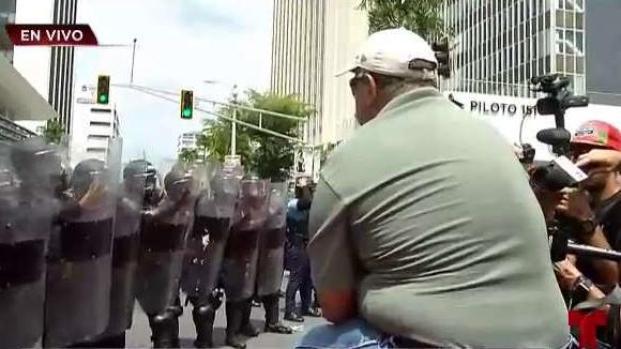[TLMD - PR] Tensión por hombre que quería cruzar perímetro de la Policía