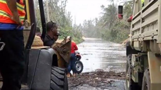 [TLMD - PR] Personal de Emergencias socorre a madre e hija en Loíza