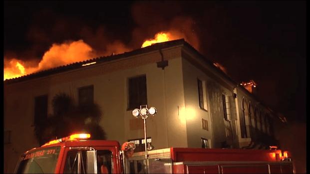 Bomberos trabajan en contener incendio en Ponce