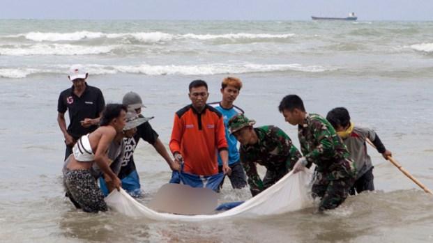 Indonesia compite contra el reloj en búsqueda de sobrevivientes de tsunami