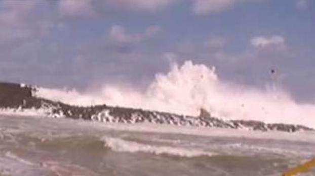 [TLMD - PR] Fuerte olas sorprenden a reportero en Vega Baja
