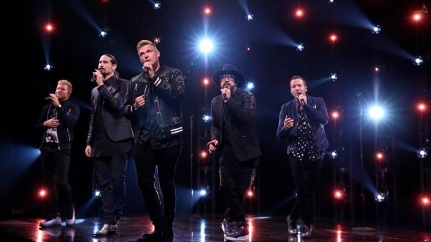 Fans heridos; derrumbe cerca a concierto de Backstreet Boys