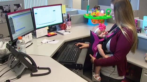 Padres podrían llevar a sus bebés al trabajo