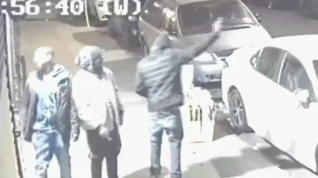 Sospechosos arman fiesta de disparos en plena calle