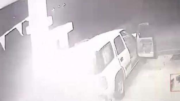 Cámara de seguridad capta incendio de guagua en gasolinera